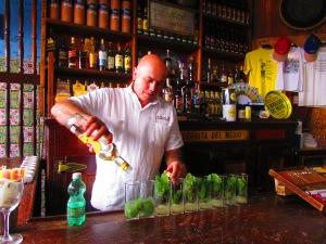 Il Mojito è un famoso cocktail di origine cubana composto da rum, zucchero di canna bianco, succo di lime, foglie di menta (hierba buena a Cuba) e acqua gasata.